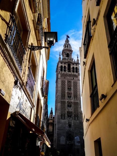Ruelle de Séville, vue sur la Giralda