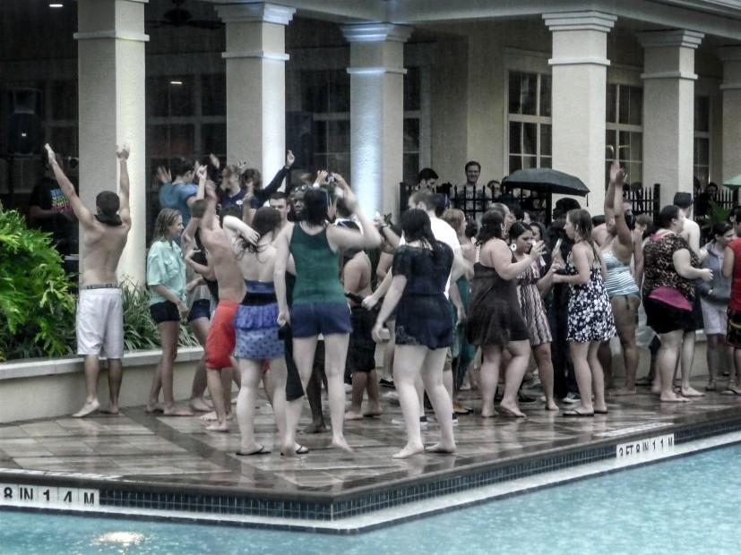 Soirée piscine sous la pluie