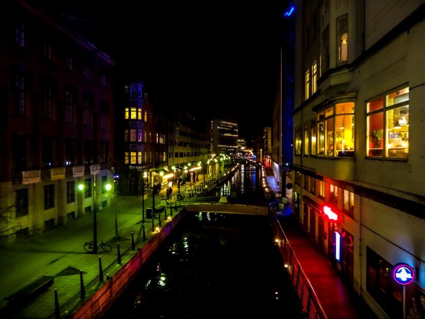 Les quais d'Aarhus de nuit