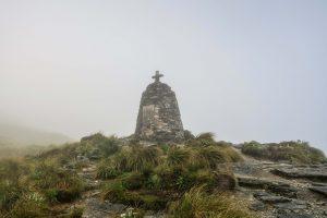 Le monument de Mackinnon Pass