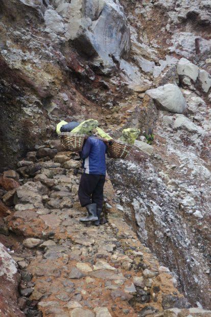 Porteur de souffre sur le Mont Ijen