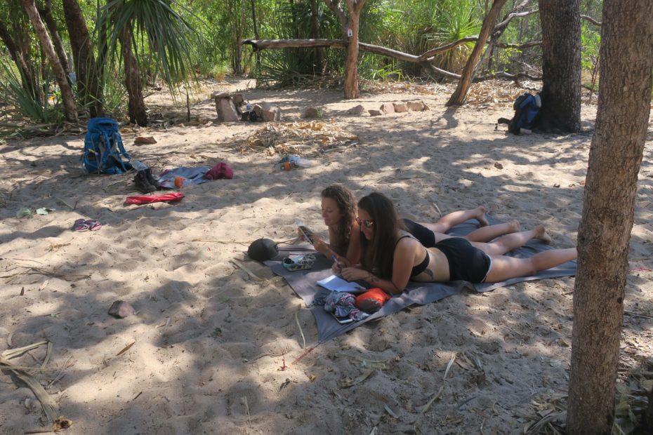 Camping et lecture en randonnée